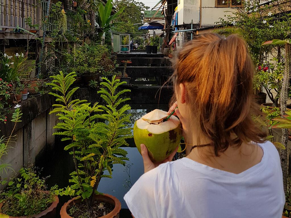 Erfrischung am Straßenrand von Bangkok.